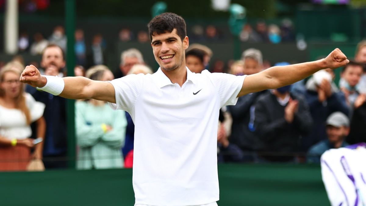 Carlos Alcaraz celebra su victoria en Wimbledon. (Getty)