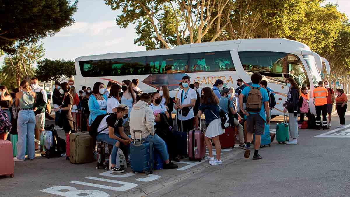 Estudiantes antes de embarcar hacia Valencia. Foto: EFE