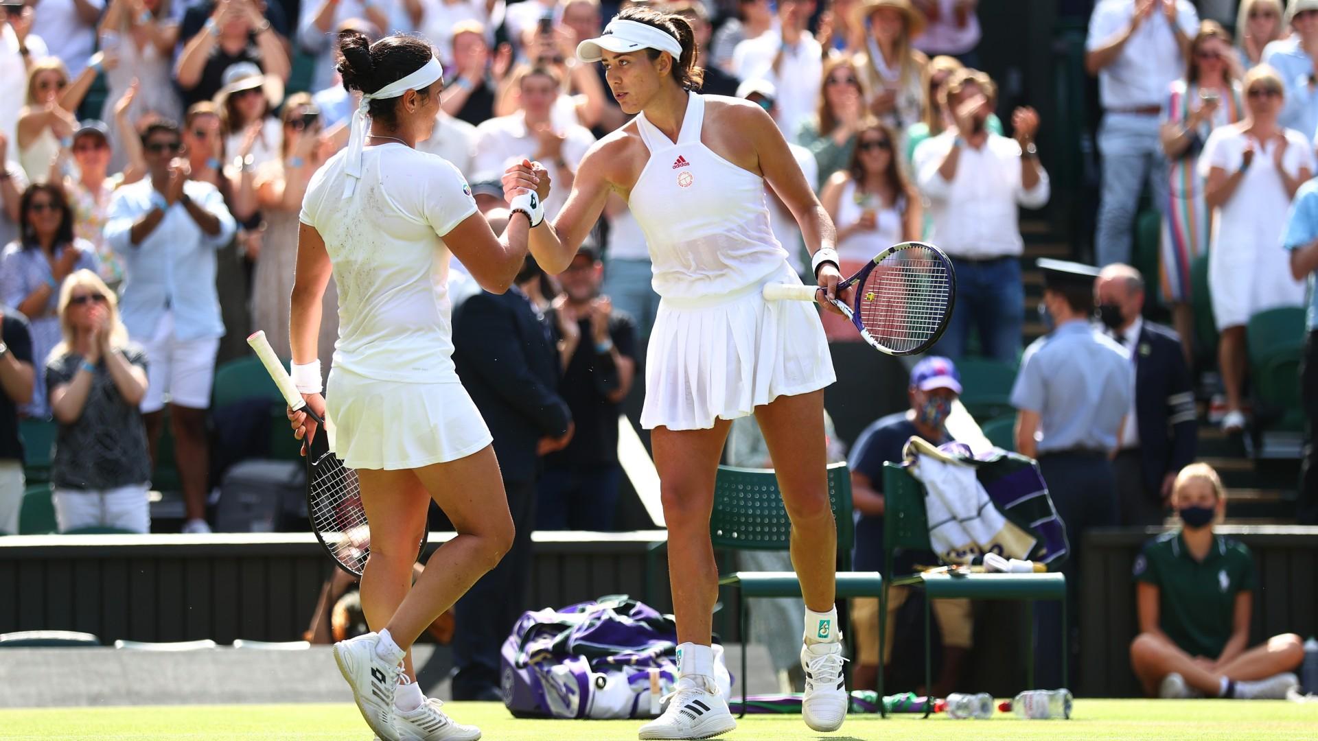 Ons Jabeur saluda a Garbiñe Muguruza tras ganarle en Wimbledon. (Getty)