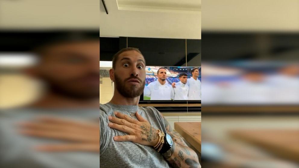 Sergio Ramos, emocionado con el himno.