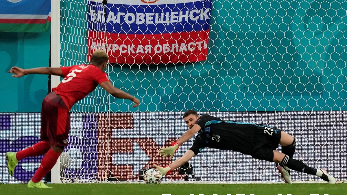Unai Simón detiene uno de los penaltis en el España-Suiza de la Eurocopa. (AFP)