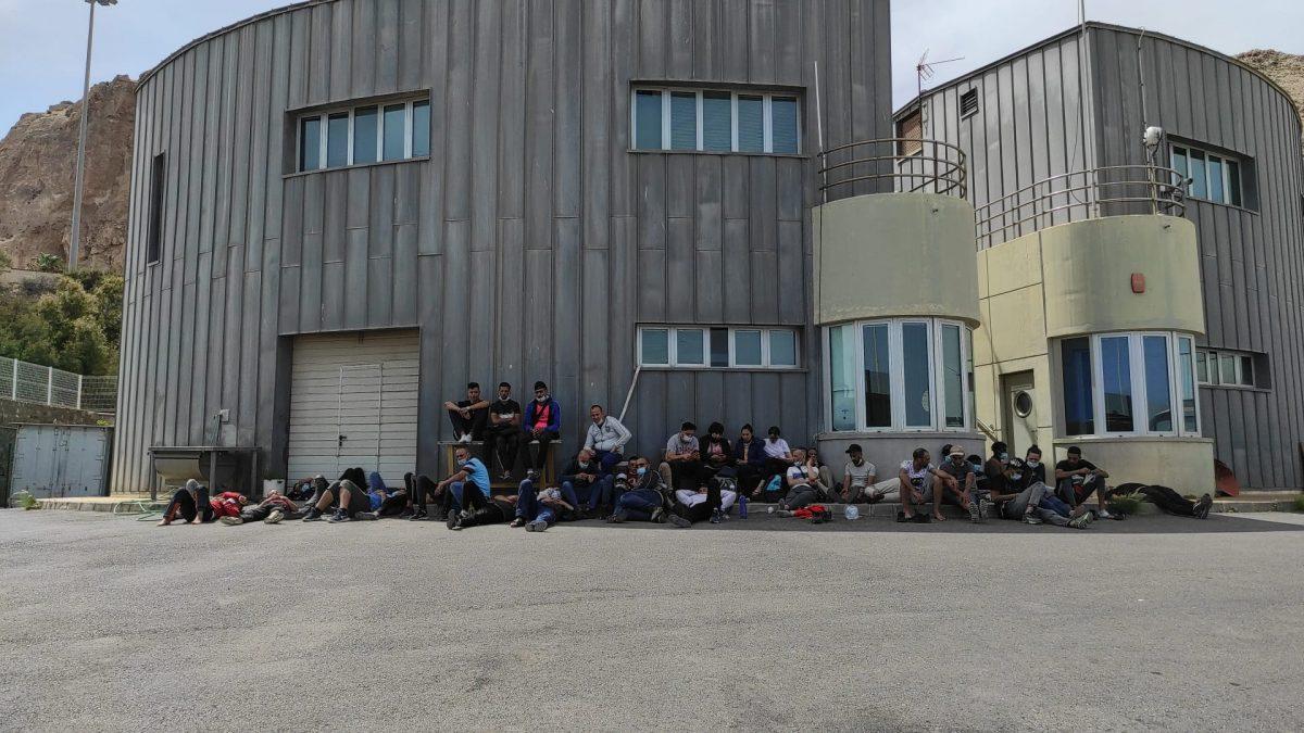 El puerto de Almería, con decenas de inmigrantes ilegales recién llegados en patera.