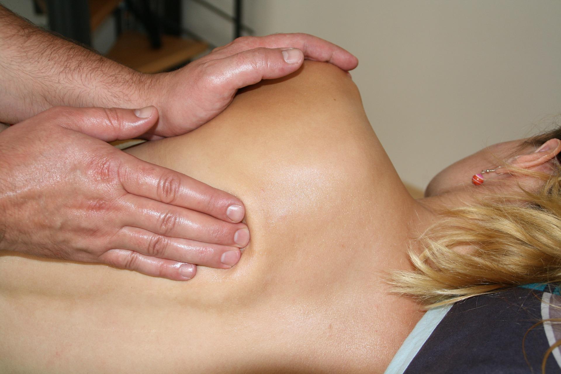 Pinchazos en la espalda: causas, riesgos, síntomas, y posibles tratamientos