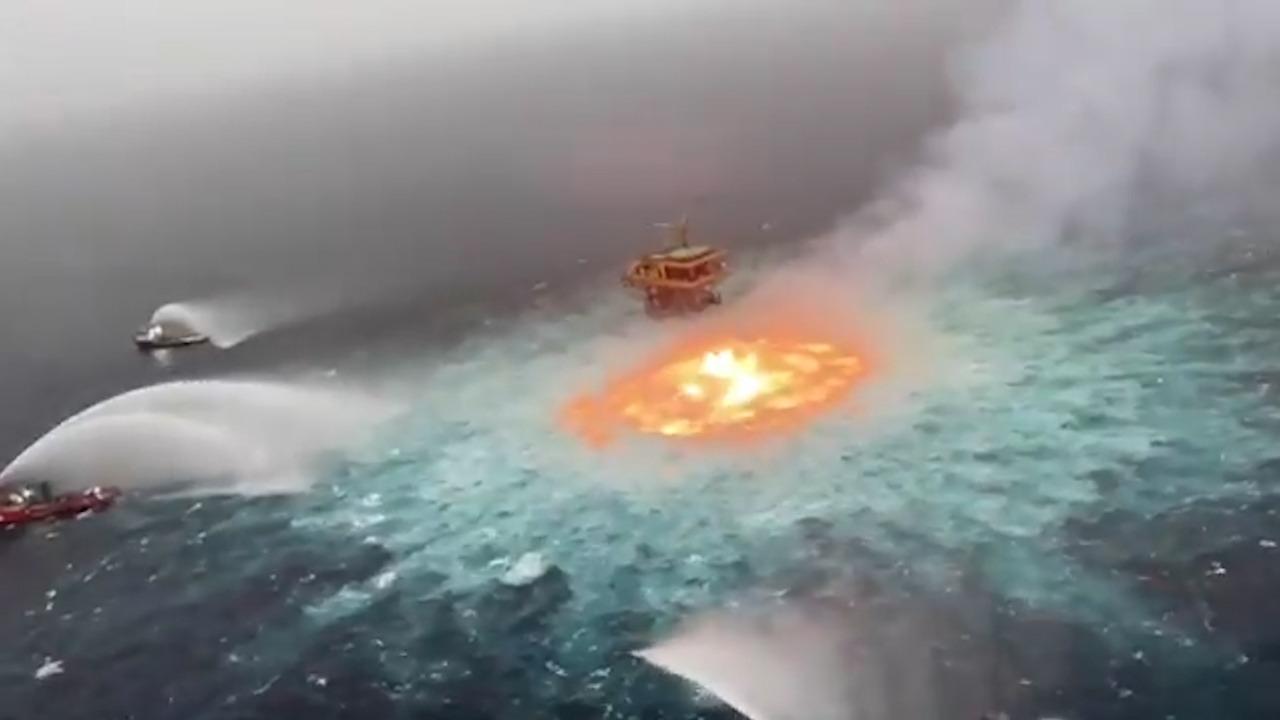 Varios barcos trabajan en la extinción del incendio.