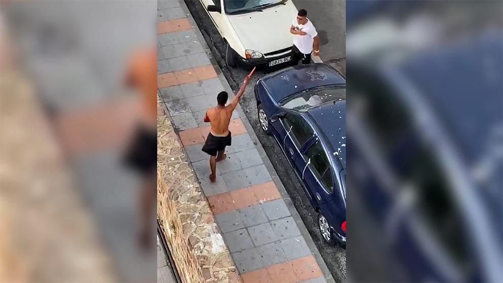 Tremendo placaje de un policía a un inmigrante con un cuchillo