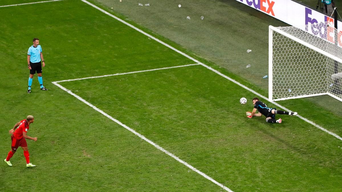 Unai Simón detiene el penalti a Akanji en el España-Suiza de la Eurocopa. (Getty)