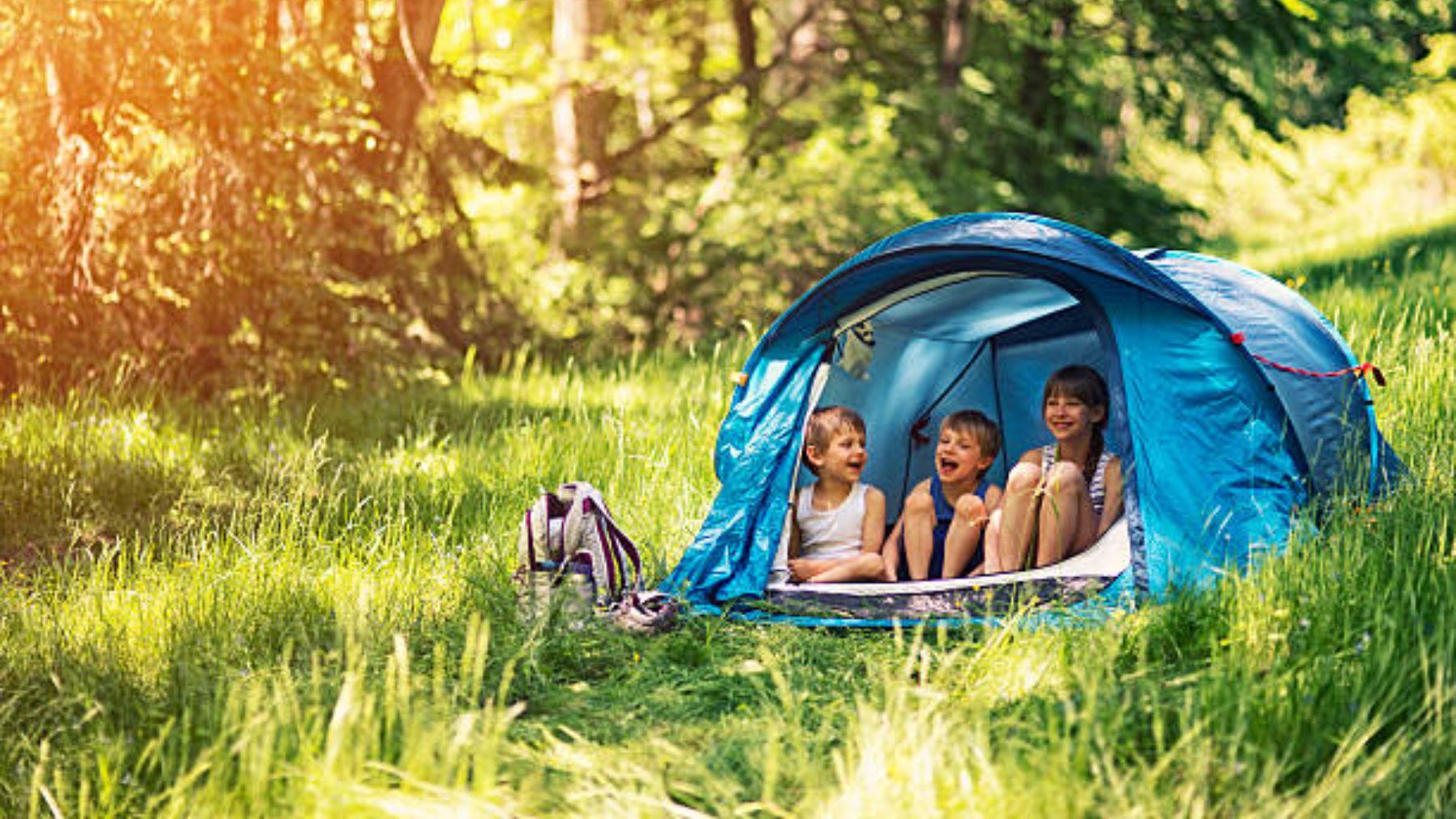 Lo que no debe faltarte si vas de acampada con los niños