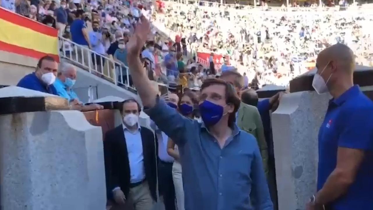 El alcalde de Madrid, Martínez Almeida, ovacionado en Las Ventas.
