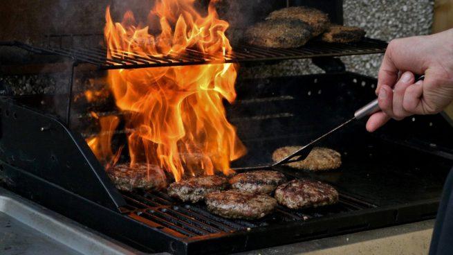 ¿Cómo evitar que las hamburguesas se peguen en una parrilla?