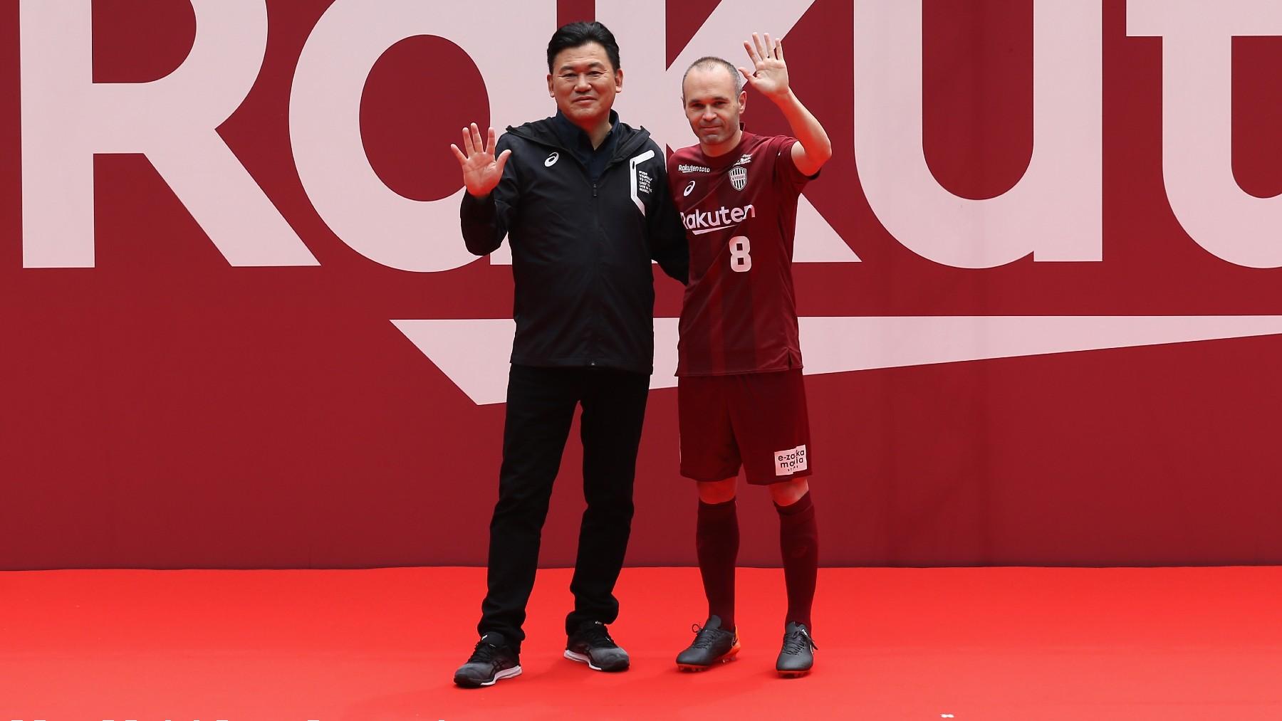El CEO de Rakuten, junto a Andrés Iniesta. (Getty)