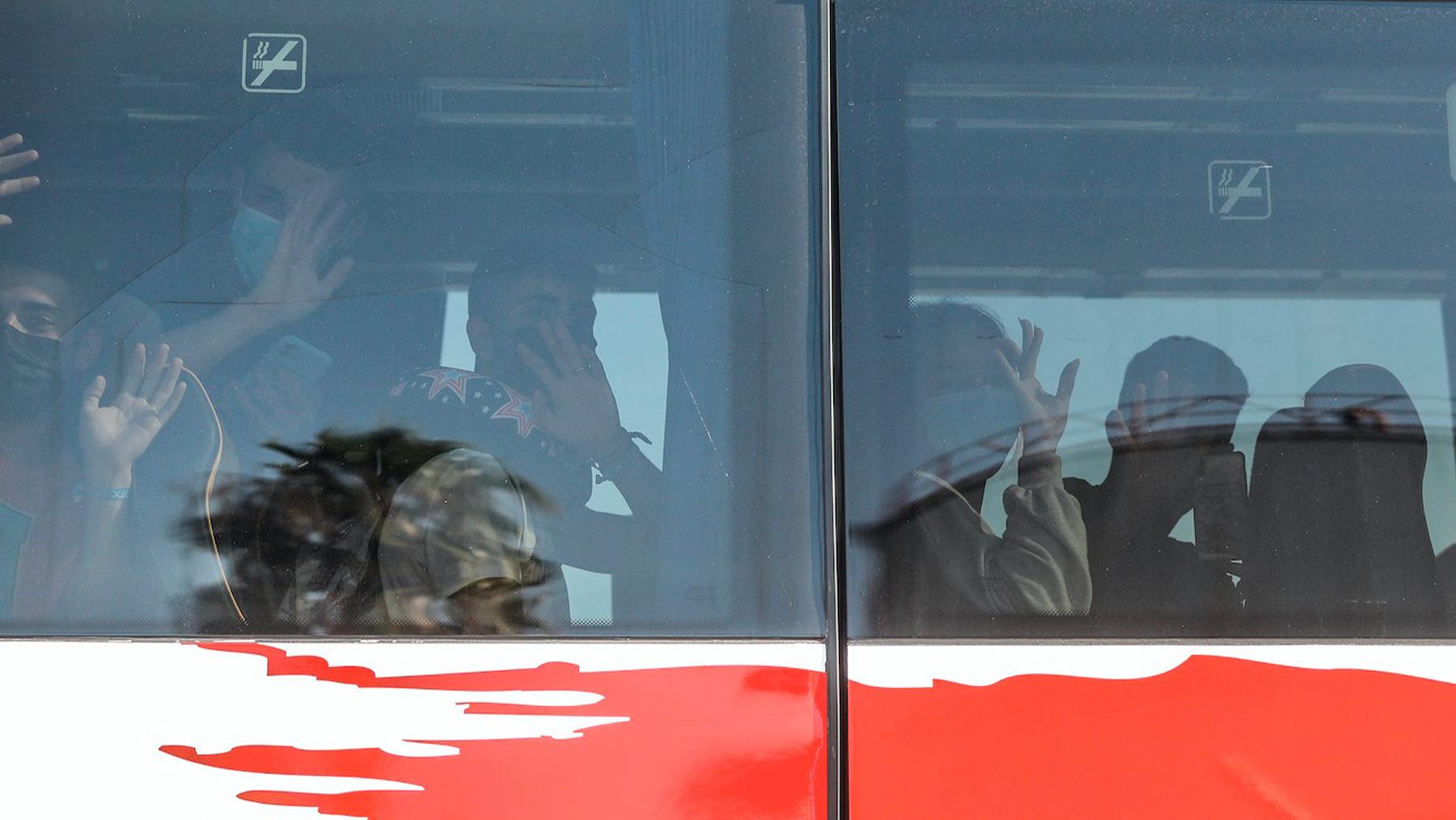 Jóvenes procedentes de Mallorca viajan en autobús tras su confinamiento en la isla (ROBER SOLSONA / EUROPA PRESS).