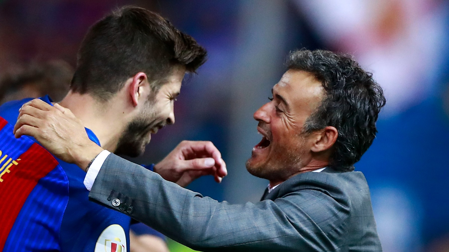 Piqué se abraza con Luis Enrique. (Getty)