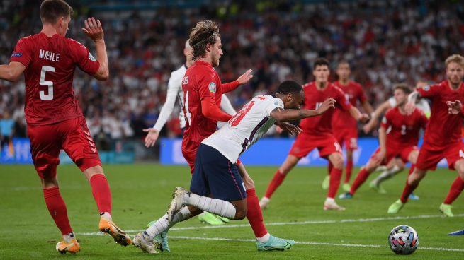 Inglaterra vuelve a una final 55 años después y otra vez rodeada de polémica