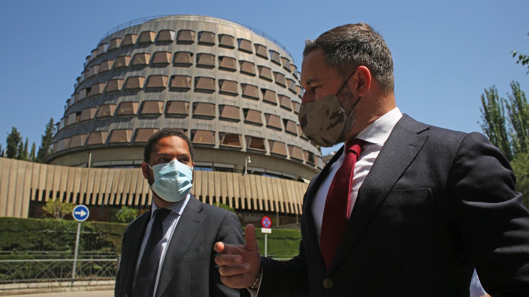 Santiago Abascal e Ignacio Garriga delante del Tribunal Constitucional. (Foto: EP)