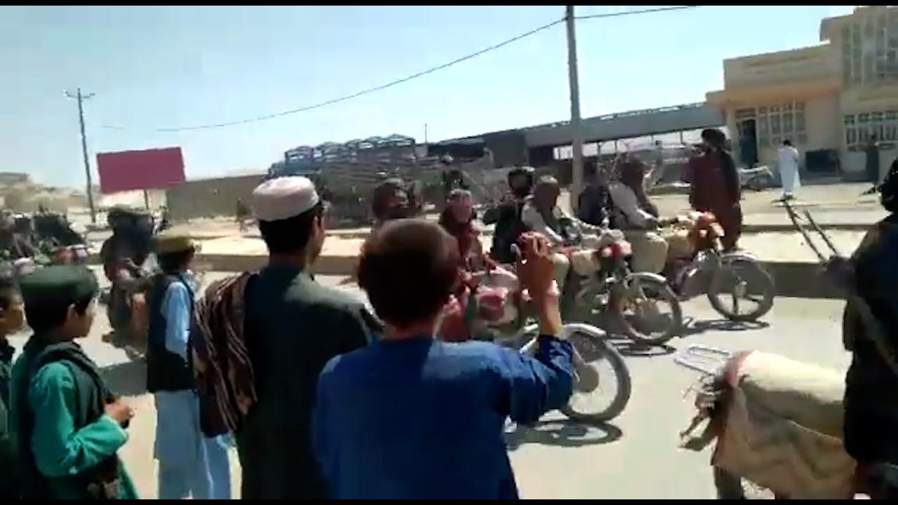Los talibanes entrando en Qala e Naw
