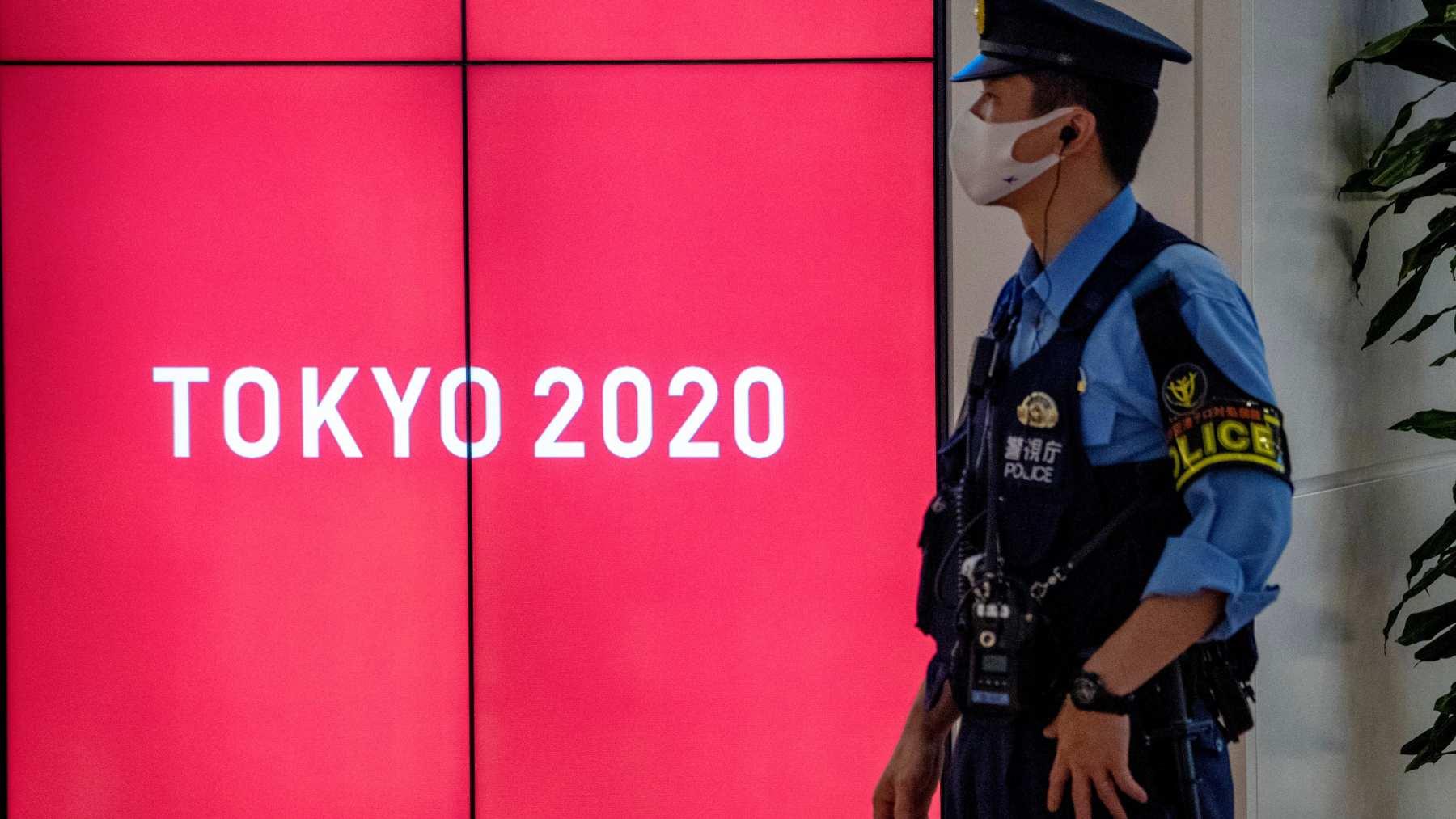 Un policía japonés vigila una de las instalaciones de Tokio 2020. (AFP)