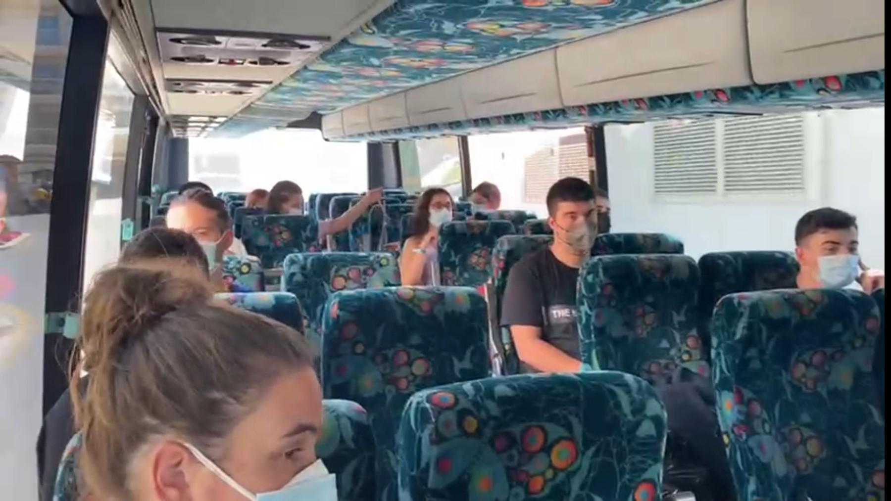 Grupo de universitarios de Fisioterapia cuando fueron trasladados al hotel Covid.