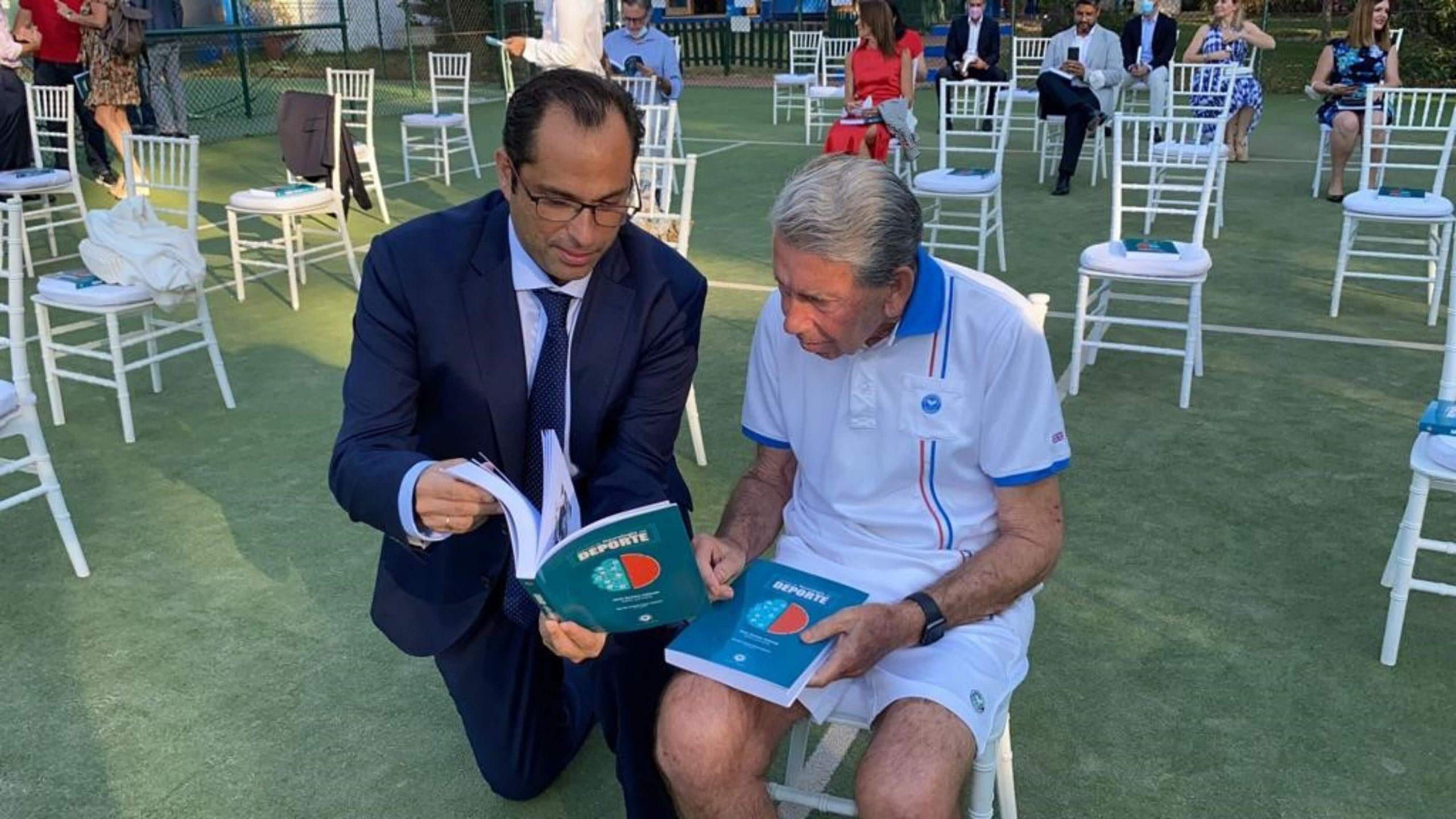 Dr. Jesús Herrera y el tenista Manuel Santana.
