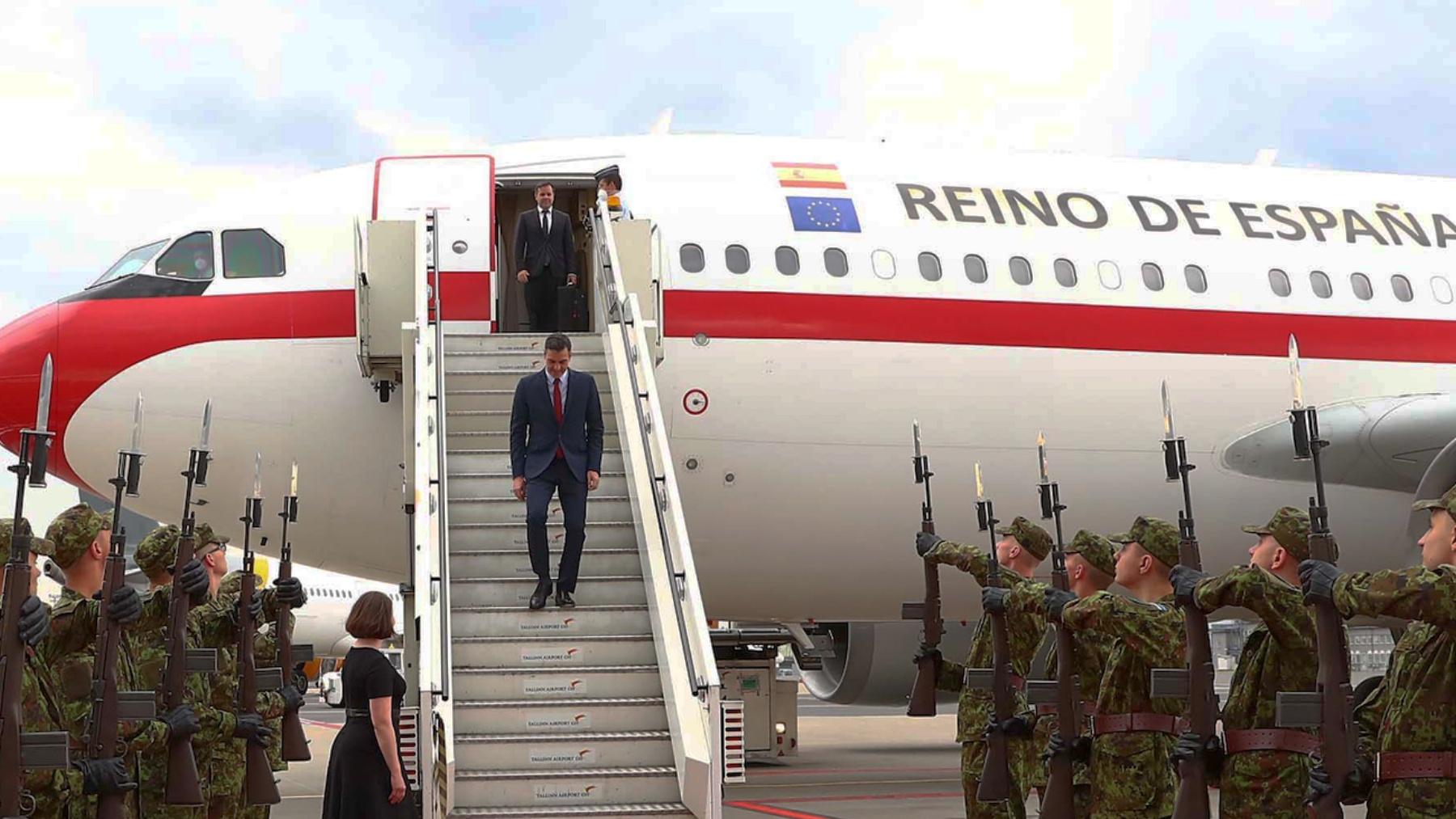 Pedro Sánchez a su llegada a Estonia en el Airbus A310.