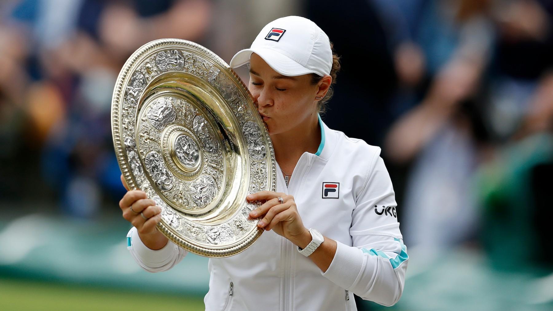 Ashleigh Barty levanta el primer Wimbledon de su carrera. (Getty)