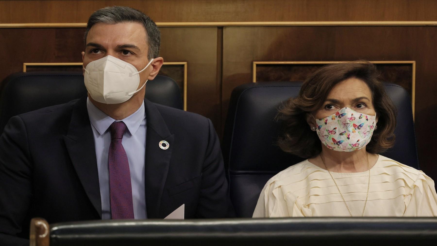 Pedro Sánchez y Carmen Calvo, en el Congreso de los Diputados (E. Parra. / EUROPA PRESS).