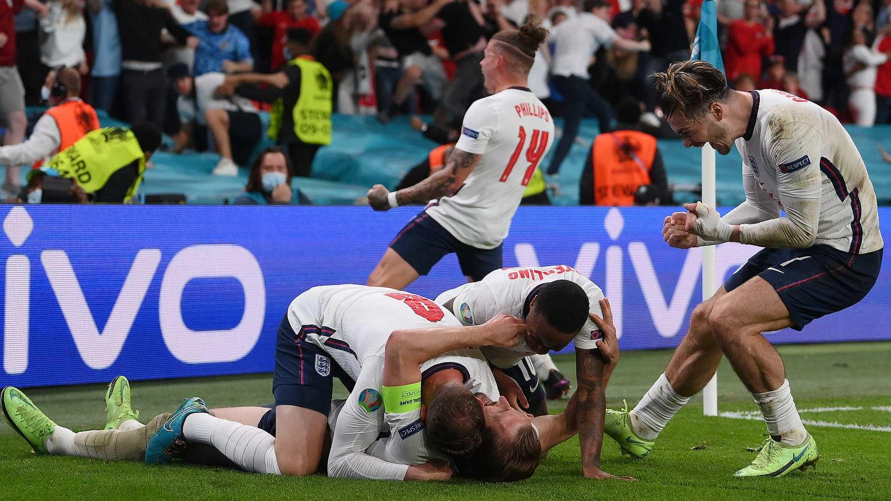 Los jugadores de la selección de Inglaterra celebran el pase a semifinales de la Eurocopa. (AFP)