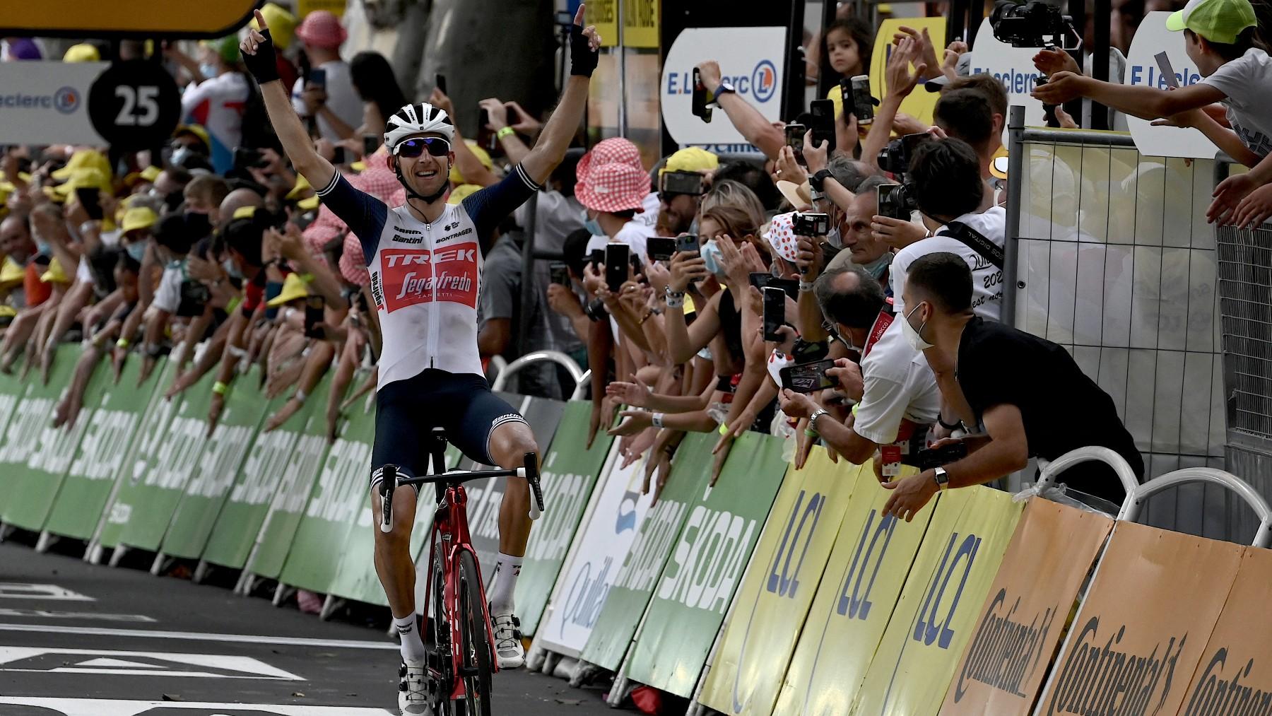 Mollema celebra la victoria en el Tour. (AFP)