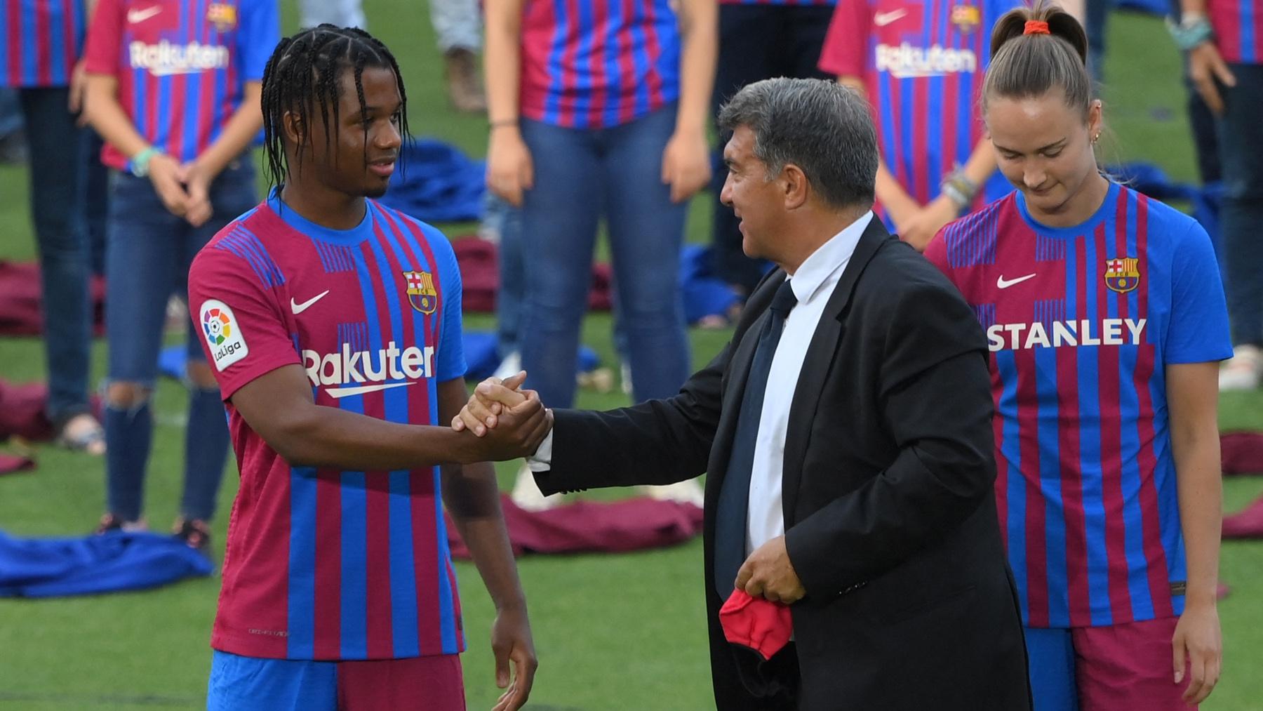Ansu Fati saluda a Joan Laporta durante la presentación de las nuevas camisetas. (AFP)