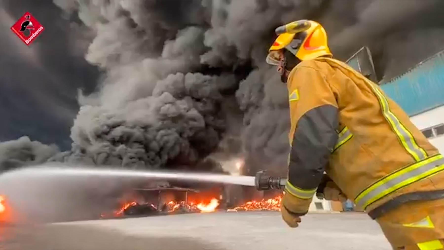 Incendio en una fábrica de cauchos en Sant Vicent del Raspeig (Alicante).