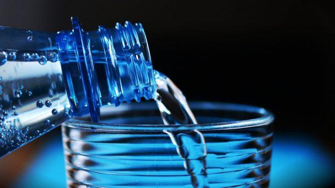 Beber agua botella reutilizada