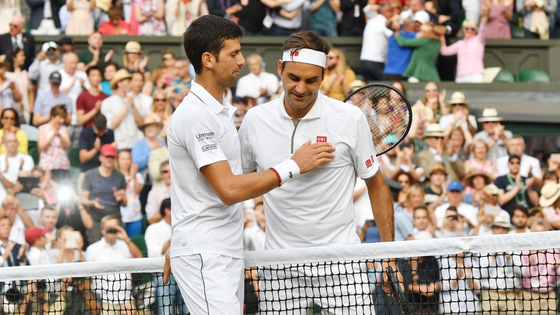 Djokovic y Federer se saludan tras la victoria del serbio en la final de Wimbledon 2019. (Getty)