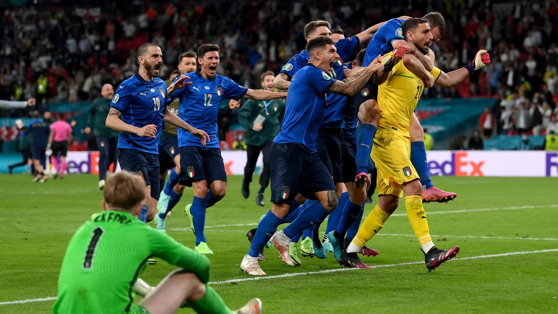 Donnarumma celebra el triunfo de Italia en la tanda de penaltis ante Inglaterra. (@EURO2020)