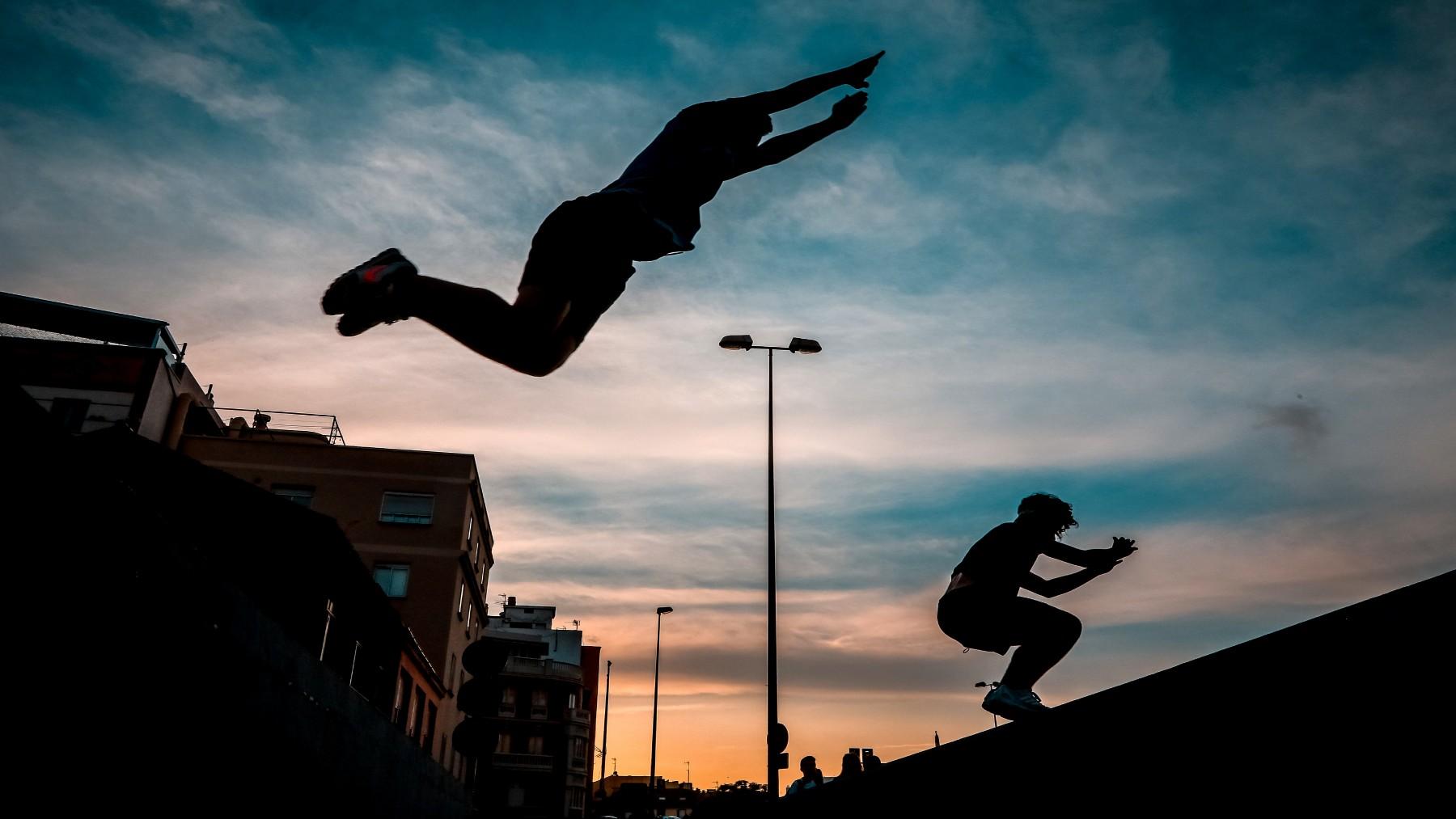 Jóvenes practican 'parkour' en Málaga (LORENZO CARNERO / ZUMA).