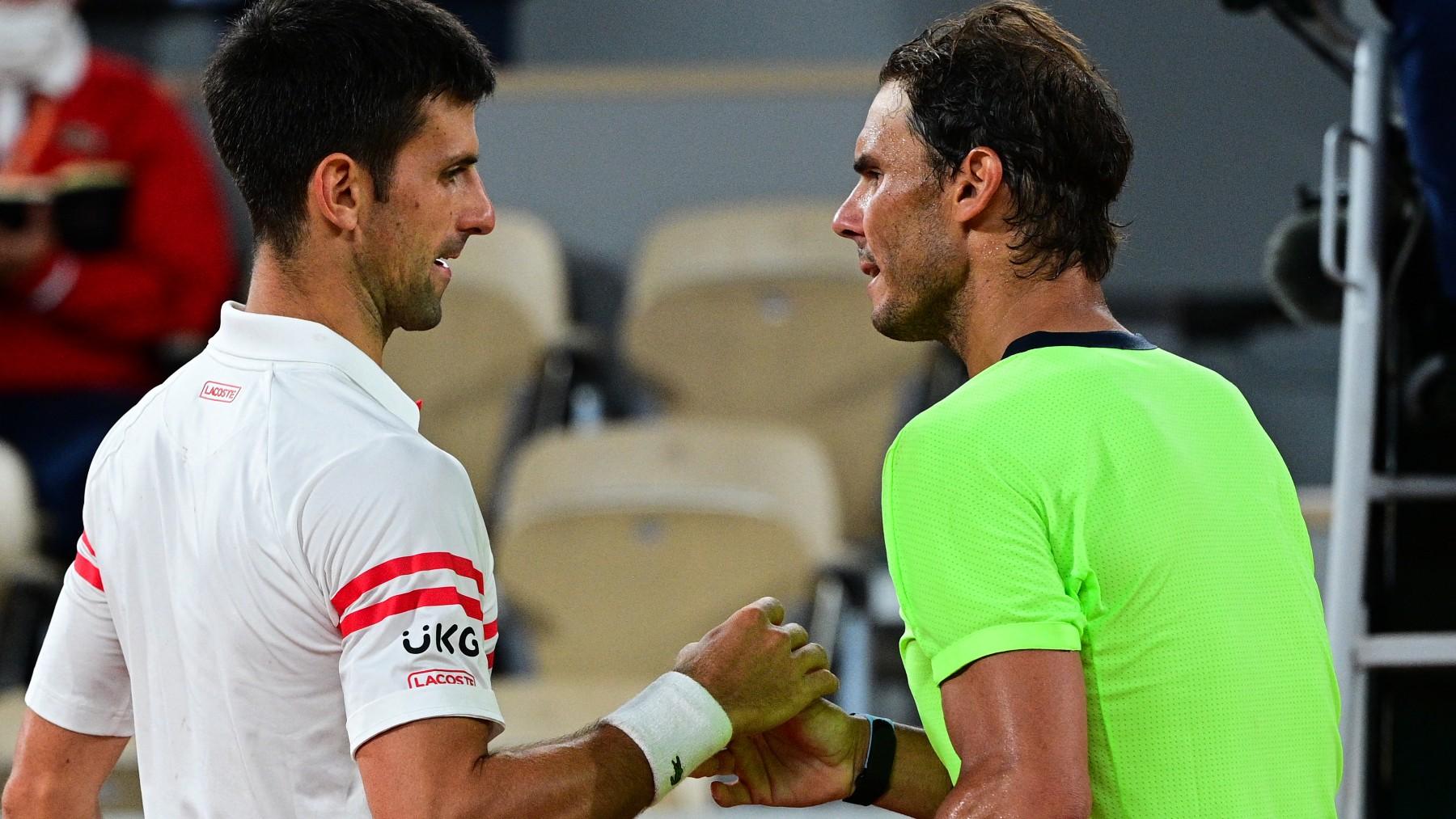 Rafa Nadal y Novak Djokovic se saludan tras su partido en Roland Garros 2021. (AFP)