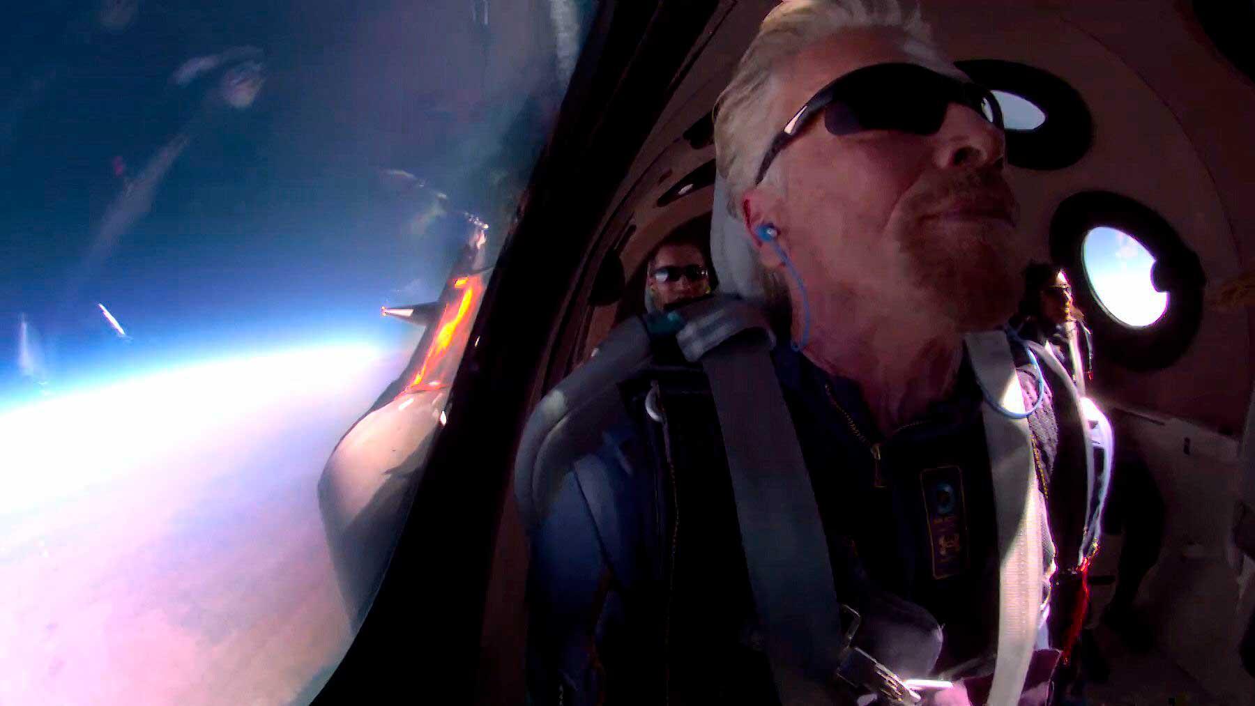 El multimillonario propietario de Virgin Galactic, Richard Branson, a bordo de la nave VSS Unity en el primer viaje espacial turístico. Foto: @richardbranson
