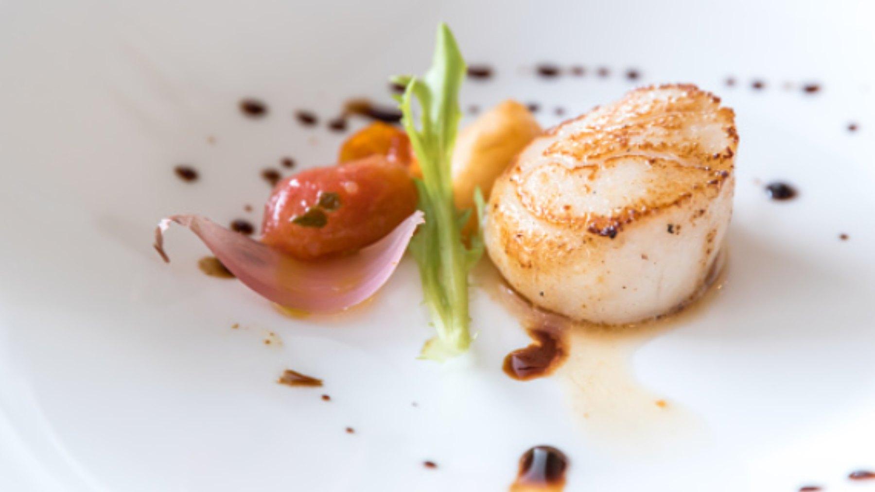 Una receta de vieiras a la plancha nos puede alegrar más de una comida o cena, estamos ante el mejor aperitivo del mundo