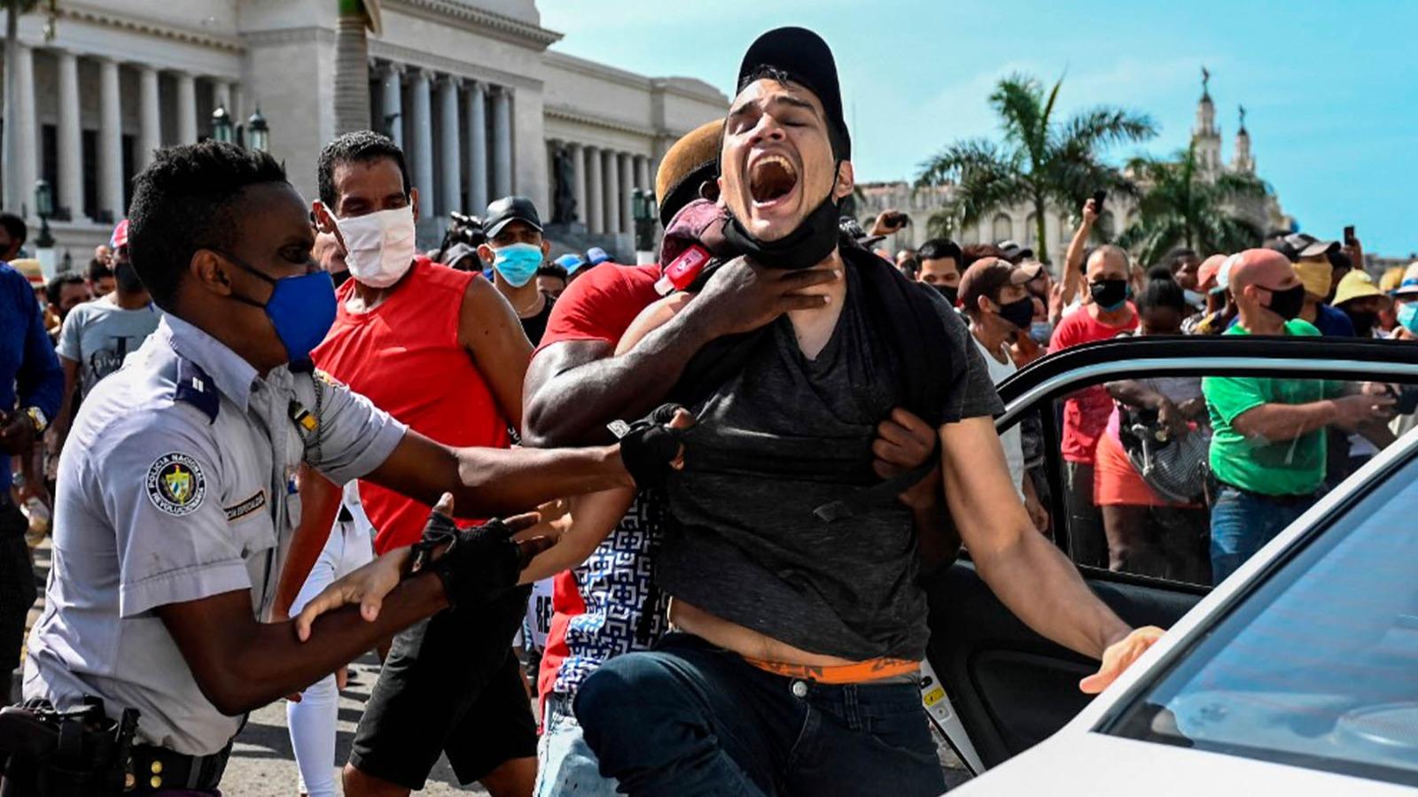 Un manifestante contra el régimen de Cuba es detenido en La Habana (Foto: AFP).