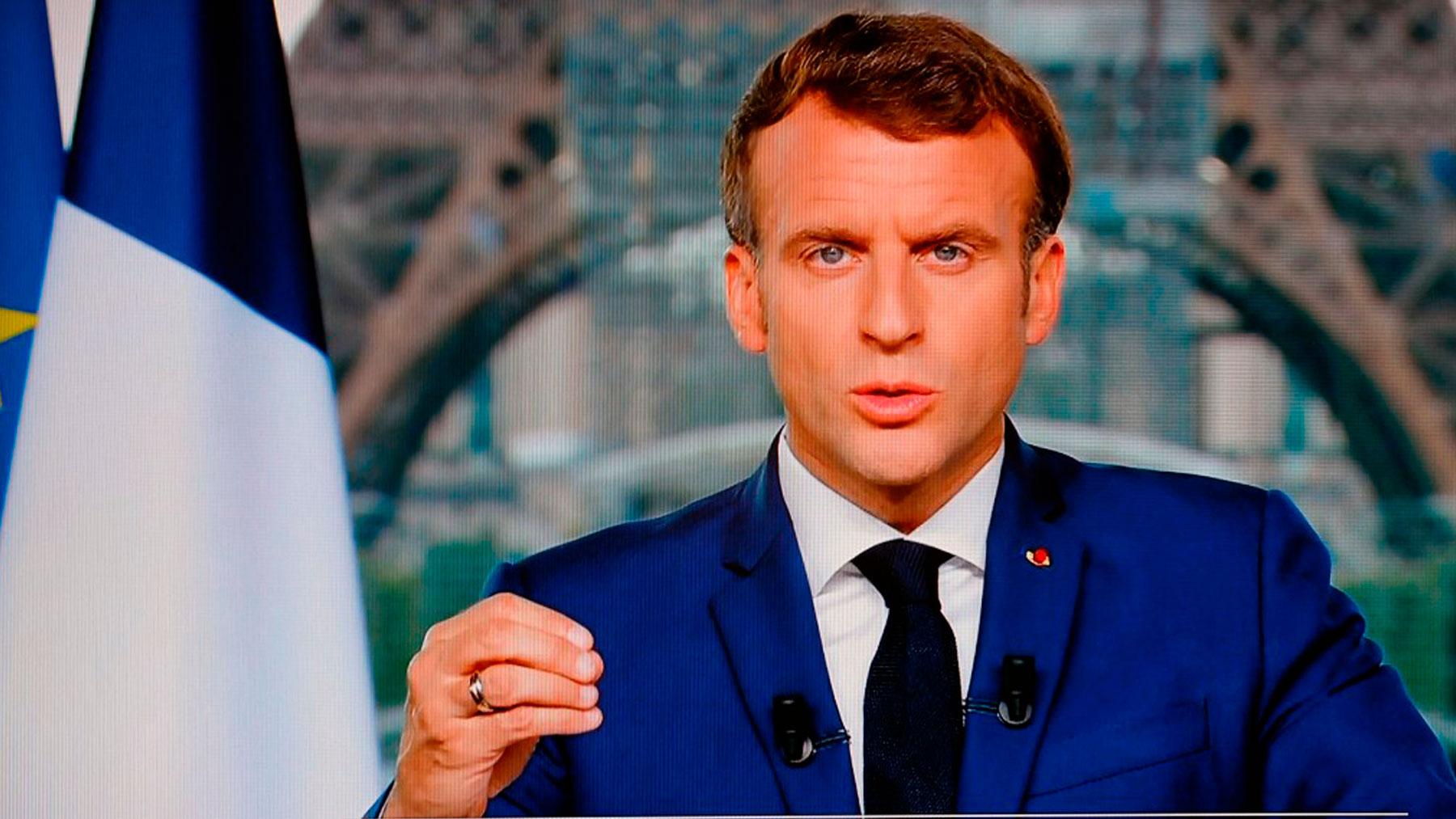 El presidente de Francia, Emmanuel Macron, anunciando en televisión la vacunación obligatoria del personal sanitario. Foto: AFP