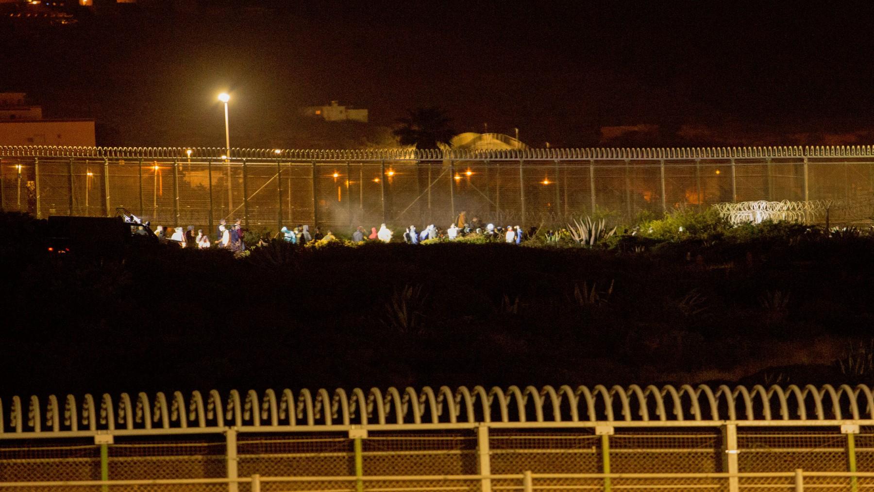 Inmigrantes ilegales intentan llegar a suelo español saltando la valla que separa Melilla y Marruecos (ÁNGELA RÍOS / EUROPA PRESS).