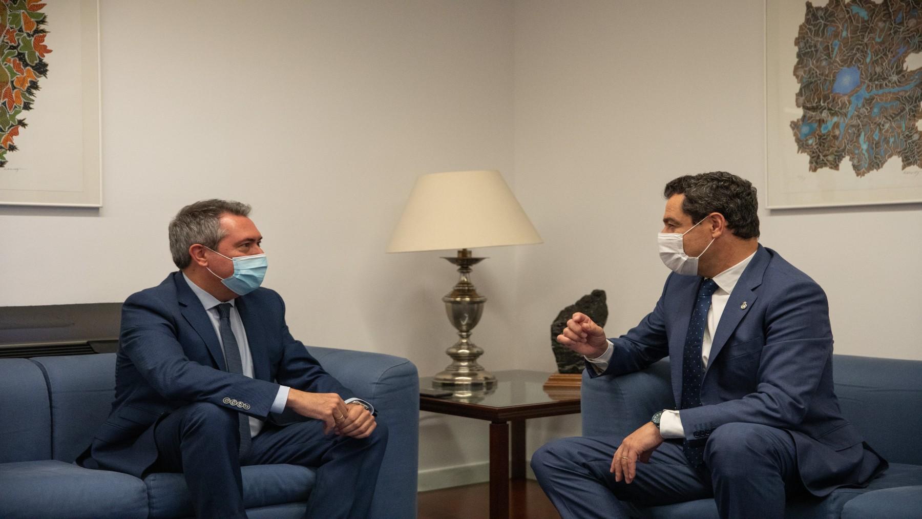 Reunión entre el presidente de la Junta, Juanma Moreno (d), y el socialista Juan Espadas (MARÍA JOSÉ LÓPEZ / EUROPA PRESS).