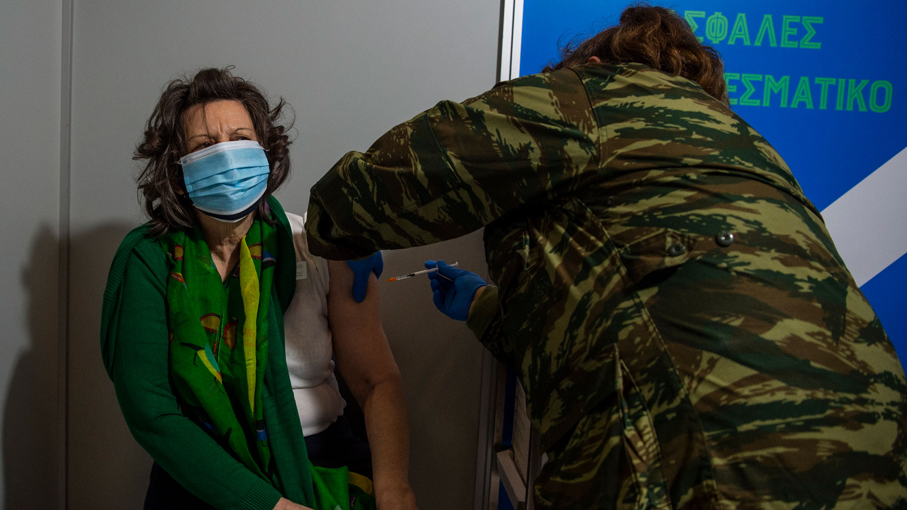 Una ciudadana de Grecia se vacuna contra el Covid-19. Foto: EP