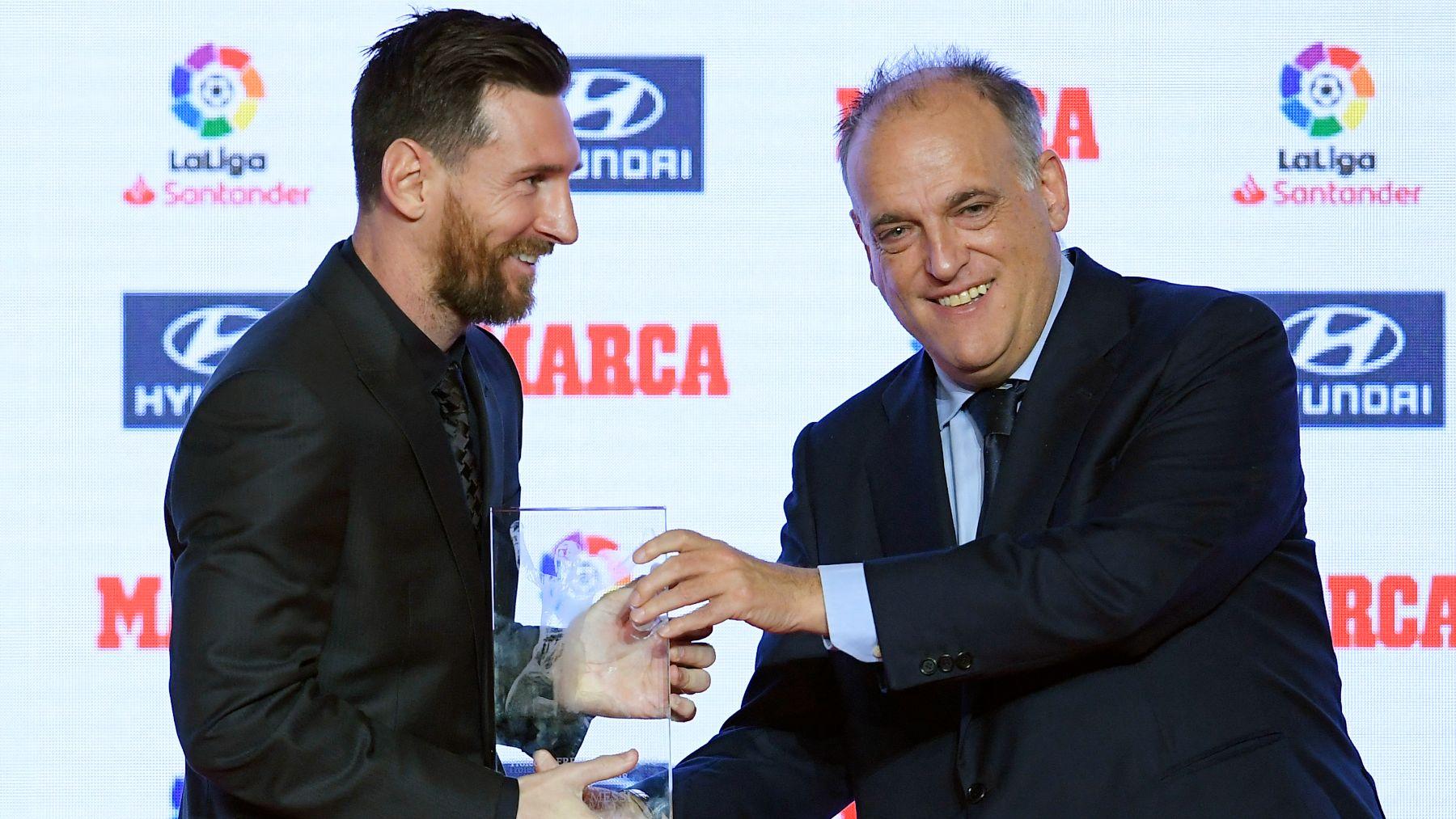 Messi recibe un premio de manos de Javier Tebas. (AFP)