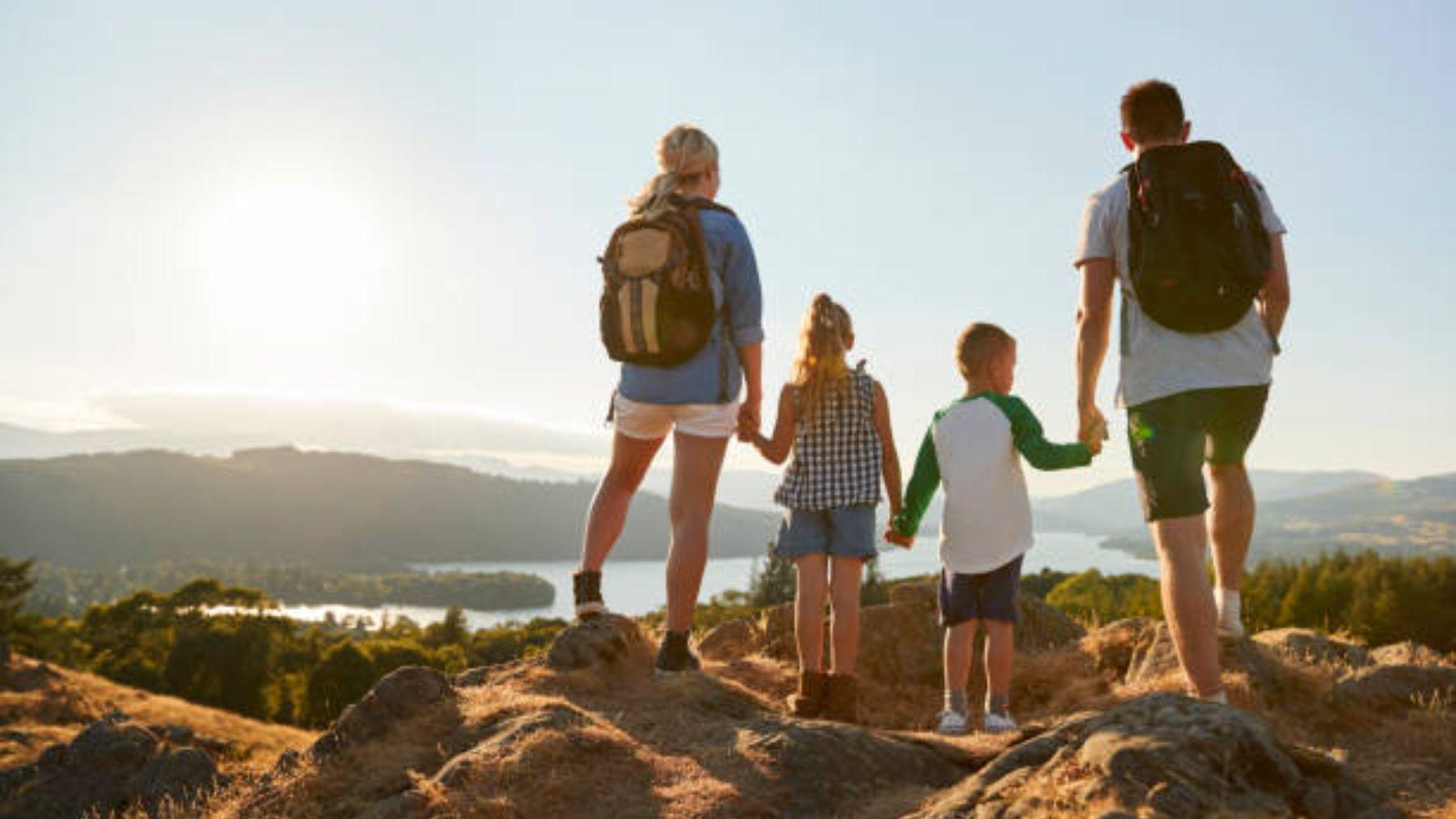 Descubre cómo practicar trekking con los niños este verano
