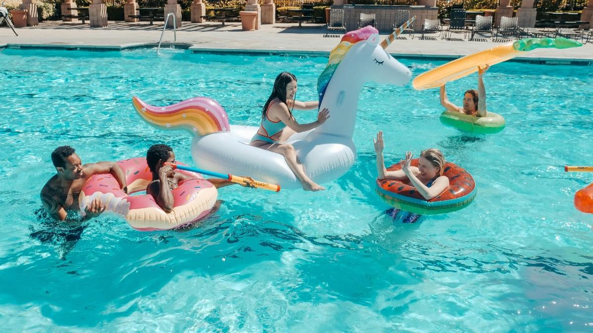 Colchonetas hinchables y flotadores para disfrutar en la piscina este verano