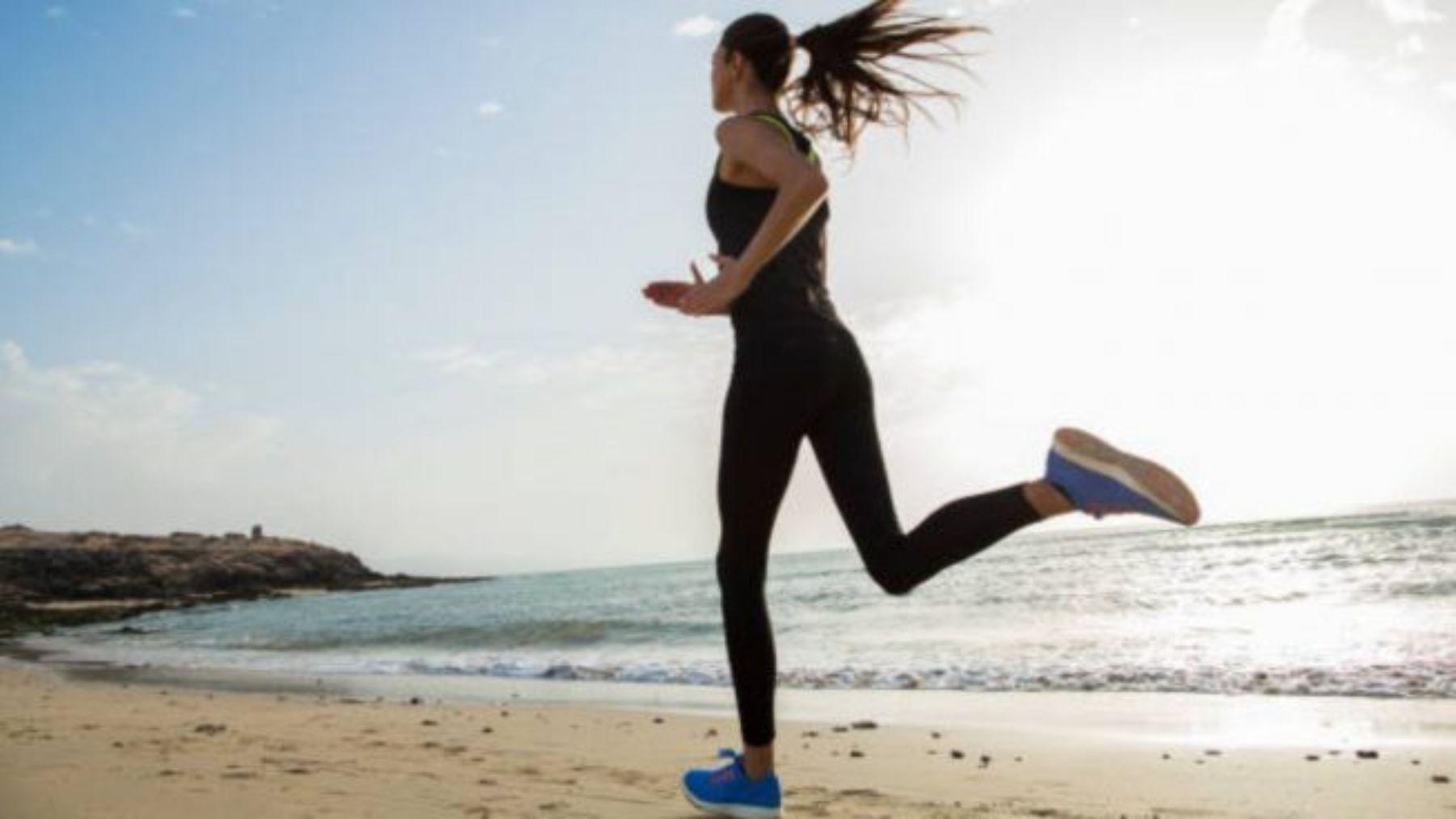 Descubre qué beneficios tiene el correr y nadar a la vez.