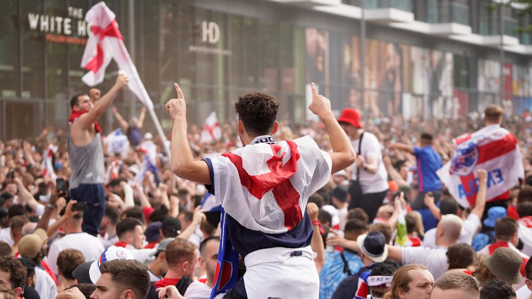 Aficionados ingleses antes de la final de la Eurocopa. (AFP)