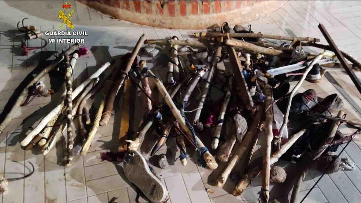 Objetos intervenidos a inmigrantes ilegales que asaltaron la valla de Melilla este verano (GUARDIA CIVIL).