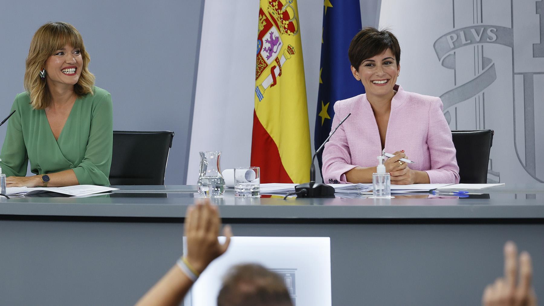 Las nuevas ministras de Educación y Formación Profesional, Pilar Alegría, y de Política Territorial y portavoz del Gobierno, Isabel Rodríguez.
