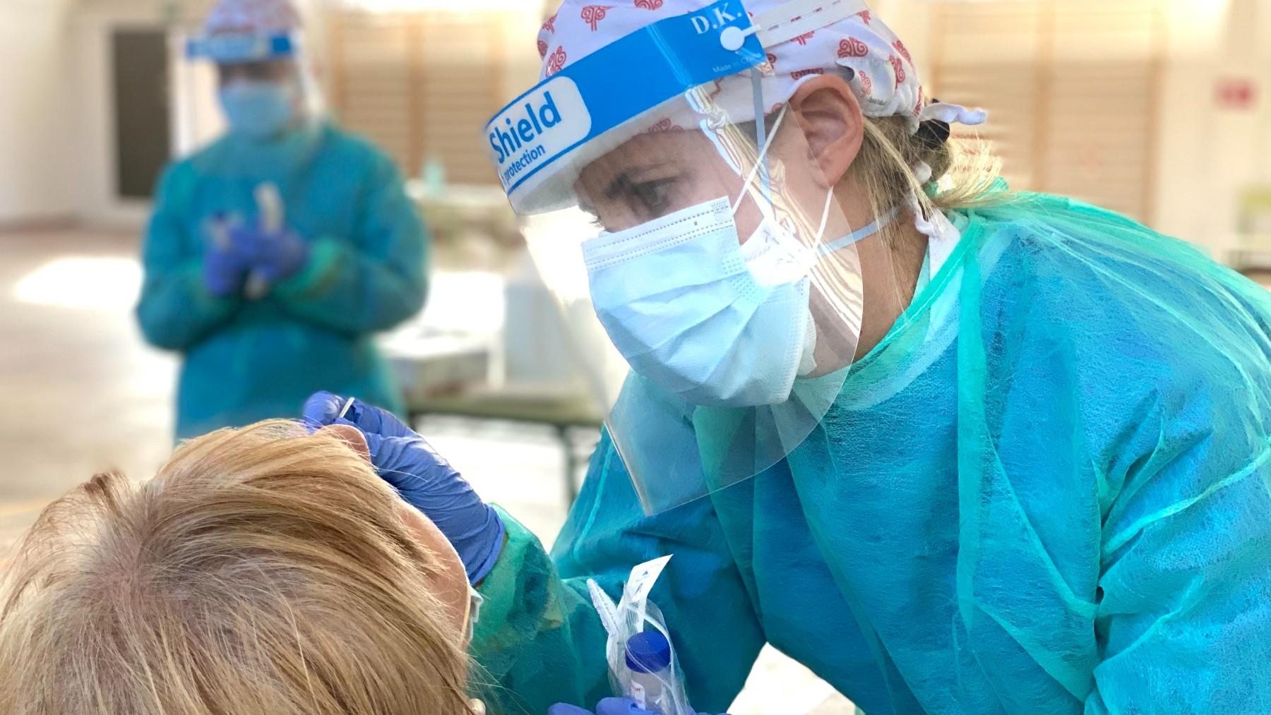 En la imagen, una sanitaria haciendo pruebas Covid.
