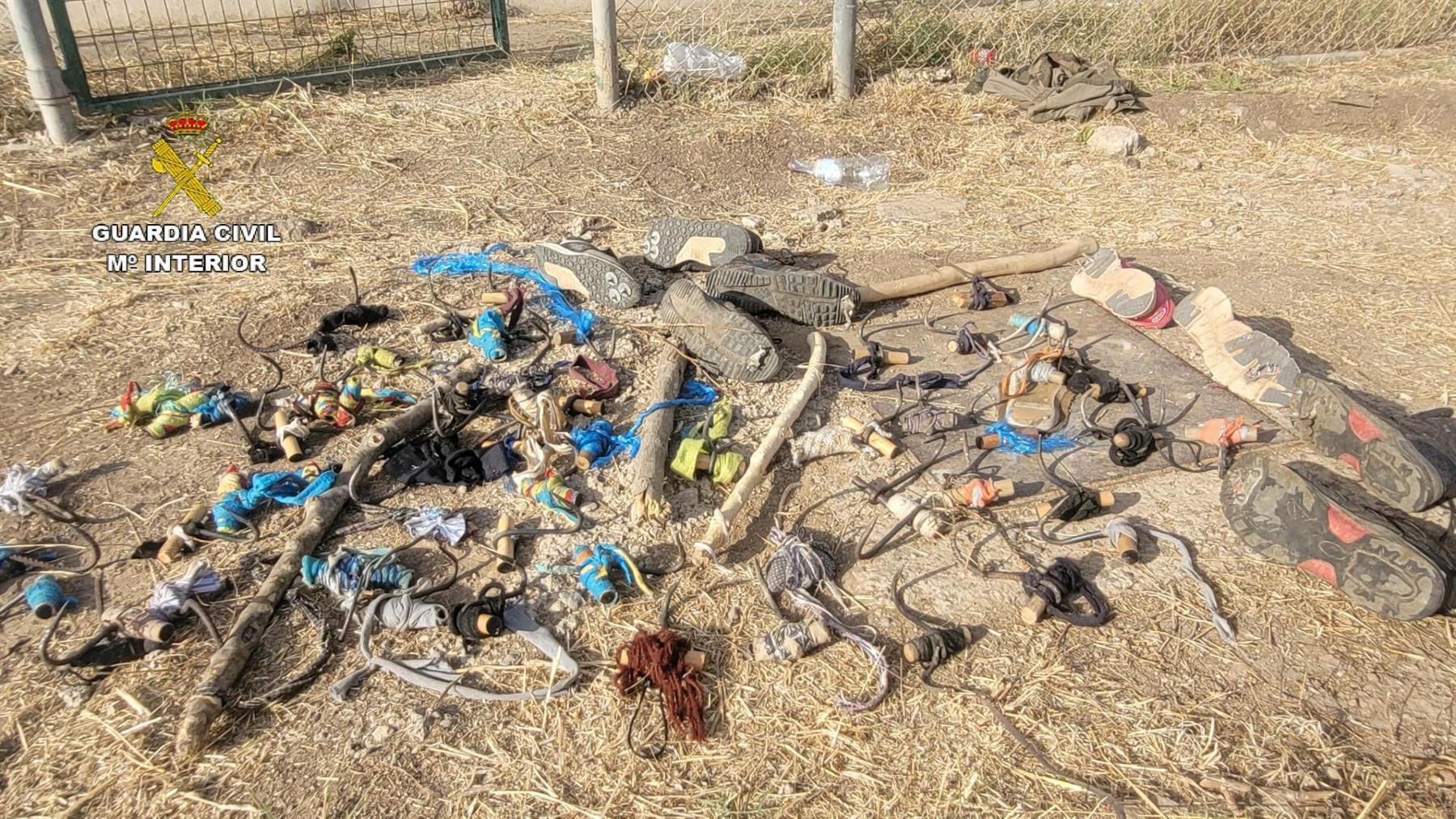 Objetos empleados por inmigrantes ilegales en su salto a la valla de Melilla de este miércoles 14 de julio (GUARDIA CIVIL). (1)